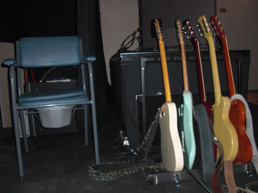 Guitares et chiottes. L'arsenal du vieux rockeur.